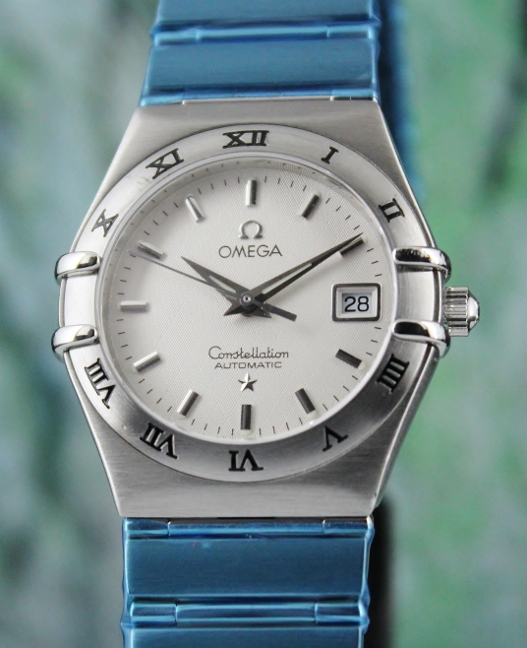 AN OMEGA MID SIZE STAINLESS STEEL AUTOMATIC CONSTELLATION WATCH