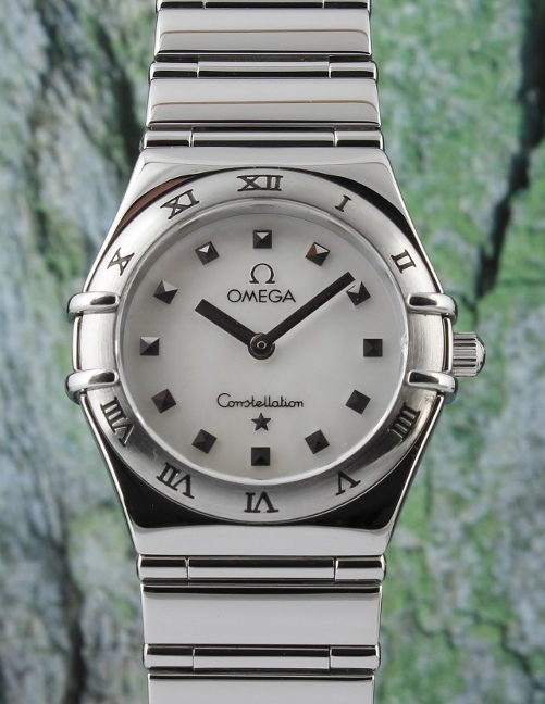 AN OMEGA LADY MID SIZE STAIINLESS STEEL CONSTELLATION WATCH / MOP
