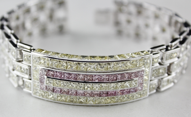 A VERY FINE 18K WHITE GOLD PINK & FANCY LIGHT YELLOW DIAMOND BRACELET