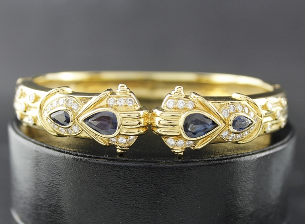 A 18K YELLOW GOLD DIAMOND & SAPPHIRE BANGLE