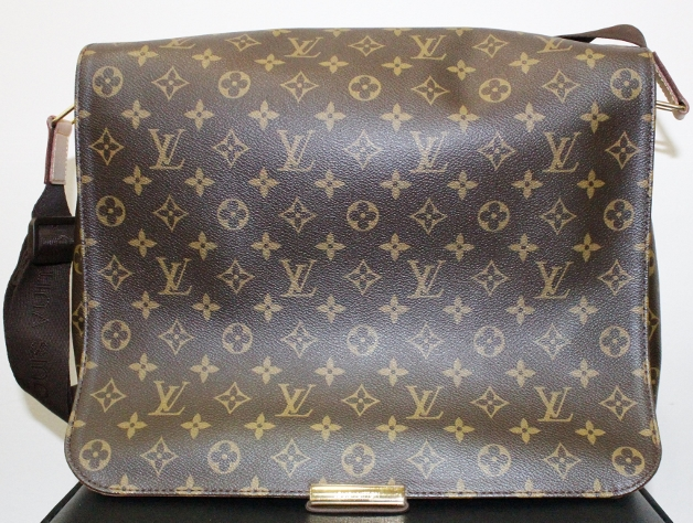 A LIKE NEW LOUIS VUITTON MESSENGER BAG